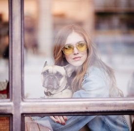 嘉拉·法拉格尼 (Chiara Ferragni):牛仔穿搭、背包和斗犬
