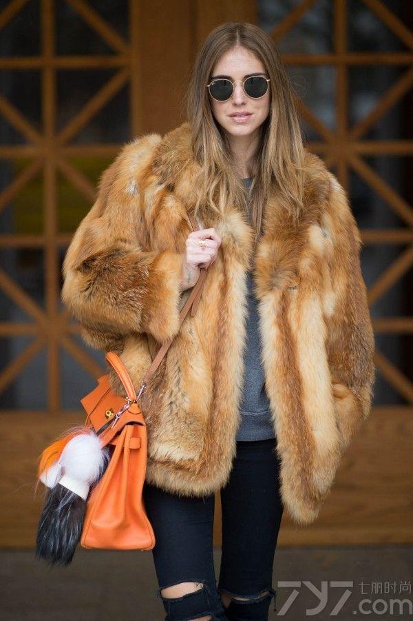 相信喜欢看街拍的MM都会对意大利博主Chiara  Ferragni比较熟悉,身为法学系专业却对穿衣搭配颇有心得,而且无论是面孔还是高挑身材都具有很高的辨识度。嘉拉·法拉格尼偏爱用甜美的色彩和硬朗的配饰营造柔中带刚的时尚造型,每一街拍套穿着显得时髦而不夸张,美艳而不风俗,绝对是欧亚通杀的穿衣模版。