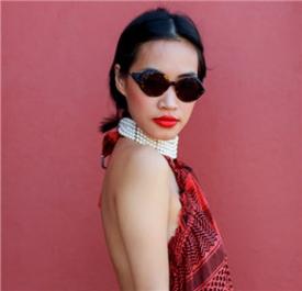 Nini Nguyen:红色波点露背打造性感造型