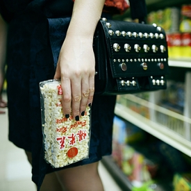 Kristina Bazan:大气正红裙装打造中国娃娃