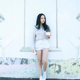 Chloe Ting:灰白搭配演绎中性舒适