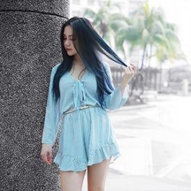 Chloe Ting:条纹裙裤装尽显好身材