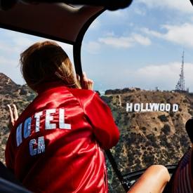 嘉拉·法拉格尼 (Chiara Ferragni)穿上红衣飞向洛杉矶